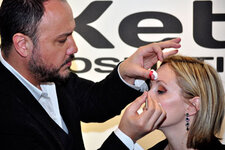 Alphonse Wiebelt with Muse Beauty demonstrates eye makeup techniques on the show floor.