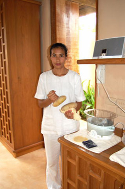 spa therapist preparing treatment